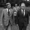 Staatsempfang für den israelischen Ministerpräsidenten Yitzhak Rabin, mit dem Schmidt das Ehrenspalier der Bundewehr abschreitet.