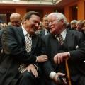 Der Altkanzler und sein Nachfolger in der Reihe der SPD-Kanzler: Helmut Schmidt und Gerhard Schröder im Jahr 2004.