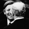 Nach Brandts Rücktritt wählt der Deutsche Bundestag Helmut Schmidt im Mai 1974 zum neuen Kanzler. Bundespräsident Walter Scheel ist einer der ersten Gratulanten.