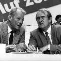 Auch Altkanzler Willy Brandt steht Rau während dessen politischer Karriere zur Seite.