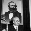 Der SPD-Vorsitzende Erich Ollenhauer würdigt Karl Marx an dessen 70. Todestag (1953).