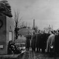 Der sowjetische Energieminister Georgij Malenkow legt in den 1950er Jahren am Grab von Karl Marx einen Kranz nieder.