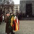 Der Ort des Kniefalls 30 Jahre später: Am 7. Dezember 2000 wird Willy Brandt gedacht und...