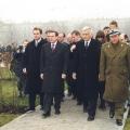 ...Gerhard Schröder, in Anwesenheit des polnischen Ministerpräsidenten Jerzy Buzek, enthüllt.