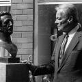 Willy Brandt mit einer Lassalle-Büste bei der Friedrich-Ebert-Stiftung in Bonn.