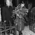 Loki und Helmut Schmidt besuchen Lassalles Grab in Breslau (1984).