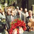 Johannes Rau, Ministerpräsident von Nordrhein-Westfalen, legt anlässlich des 125. jährigen Todestag von Lassalle zusammen mit seiner Frau einen Kranz am Grab nieder.