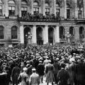 Nach heftigen Protesten ruft Philipp Scheidemann am 9. November 1918 von einem Balkon des Reichstags die Republik aus.