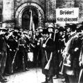 Am selben Tag wird die Garde-Ulanen-Kaserne in Berlin an einen Arbeiter- und Soldatenrat übergeben, ähnliche Szenen ereignen sich in ganz Deutschland.