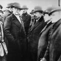 Philipp Scheidemann, Friedrich Ebert, Hugo Haase und Emil Barth auf einer Beerdigung von Revolutionsopfern, ...