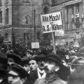 Nach der Ausrufung der Republik kehrt keine Ruhe ein: Anhänger der Räterepublik demonstrieren im Dezember 1918.