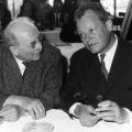 Erinnern an Otto Wels: der ehemalige Bayerische Ministerpräsident Wilhelm Hoegner und der Regierende Bürgermeister von Berlin Willy Brandt (1961).