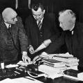 Diskussion über politische Fragen: Carl Severing (Innenminister von Preußen), Otto Braun (Ministerpräsident Preußens) und Otto Wels (SPD-Vorsitzender).