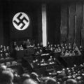 …die Nationalsozialisten unter Adolf Hitler setzen sich gewaltsam durch.