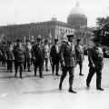 Auch in den folgenden Jahren bleibt er politisch aktiv: Demonstration des Reichsbanners Schwarz-Rot-Gold anlässlich der Verfassungsfeier 1929 in Berlin.