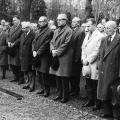 Die Stadt Kassel und die SPD gedenken Philipp Scheidemann bis heute als Vorkämpfer für die demokratische Republik: Erich Ollenhauer, Karl Branner und andere am Urnengrab Scheidemanns.