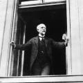 """""""Es lebe die deutsche Republik!"""" Am Mittag des 9. November 1918 tritt Scheidemann ans Fenster des Reichstags und ruft die Republik aus…"""