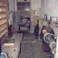 Schuhproduktion auf kleinstem Raum: Eine frühere Todeszelle dient nach 1945 als Schusterei.