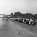 Danach wird der Sarg nach Hannover überführt. Über die gesamte Strecke finden sich Tausende von Menschen zusammen und stehen Spalier.
