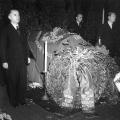 Des Nachts wird in der Parteizentrale zu Ehren Kurt Schuhmachers eine Totenwache gehalten.
