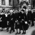 Erich Ollenhauer und andere Mitglieder des Parteivorstands geleiten am 24. August 1952 den Sarg in einem Trauerzug in den Deutschen Bundestag.