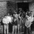Am 7. Oktober 1989 gründen im Pfarrhaus des Dorfes Schwante etwa 40 Oppositionelle die Sozialdemokratische Partei in der DDR (SDP). Viele von ihnen tragen vollen Bart.