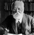 """Auch in der Weimarer Republik bekräftigten Sozialdemokraten ihr politisches Engagement mithilfe des """"Sozialistenbarts"""", hier: Karl Kautsky an seinem Schreibtisch im Jahr 1928."""
