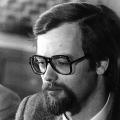 Rudolf Scharping auf einer Pressekonferenz in Bonn 1975. Während in der Bundesrepublik dem Vollbart oftmals mit dem Rasierer zu Leibe gerückt wird…