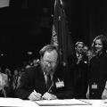 Wiederherstellung der einheitlichen SPD: Am 28. September 1990 unterschreibt Wolfgang Thierse den Vereinigungsvertrag, …