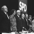 Wolfgang Thierse inmitten von westdeutschen SPD-Politikern auf dem Podium des Vereinigungsparteitags.