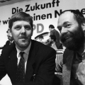 Initiatoren sind Martin Gutzeit und Markus Meckel (hier 1990 auf dem Parteitag der Ost-SPD in Leipzig). Schon im Frühjahr 1989 arbeiteten sie einen Entwurf zur Parteigründung aus.