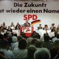 Aus SDP wird SPD: Willy Brandt spricht auf dem ersten Ordentlichen Parteitag der SPD in der DDR zu den Genossen in Leipzig.