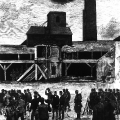 Besonders die harten Arbeitsbedingungen im Bergbau führen zu Konflikten, hier: von Soldaten bewachte Grubenarbeiter in Mährisch-Ostrau (heute: Ostrava, Tschechische Republik) im Mai 1890.
