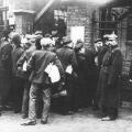 Streikbrecher und Streikende werden durch die Polizei auseinandergehalten. In Essen geht es 1905 um die Rücknahme längerer Arbeitszeiten und bessere Gesundheitsvorsorge.