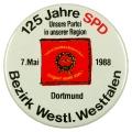 Zum 125-jährigen Jubiläum der Sozialdemokratie veröffentlicht der SPD-Bezirk Westliches Westfalen 1988 einen Button, der die Traditionsfahne zeigt. <br> Bildrechte: AdsD