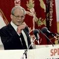 Willy Brandt spricht anlässlich der 125-Jahr-Feier der Sozialdemokratie im Reichstag – mit der Traditionsfahne im Hintergrund.<br> Bildrechte: Paul Glaser