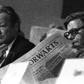 """Helmut Schmidt und Willy Brandt lesen den """"Vorwärts"""" (SPD-Parteitag 1973 in Hannover)."""