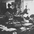 1933 verwüstet die SA die Redaktionsräume der Zeitung.