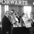 Dortmund 1966: Parteitagsdelegierte treffen sich am Vorwärtsstand.