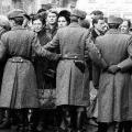 Noch bevor Willy Brandt am 19. März 1970 Erfurt erreicht, sammeln sich DDR-Bürger, um ihn zu begrüßen. Vor der Ankunft...