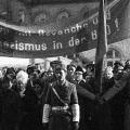 Am Nachmittag reagiert die Regierung auf die morgendlichen Demonstrationen. Sie ruft Schüler und Arbeiter aus nahen Betrieben zusammen und lässt diese neben DDR-bejahenden Transparenten...