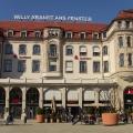 """Das Hotel """"Erfurter Hof"""" stand lange Zeit leer. Zwischen 2004 und 2007 wurde es aufwendig saniert und danach wieder eröffnet. Heute ist es ein Geschäftshaus mit Gastronomie- und Einzelhandelsbetrieben."""