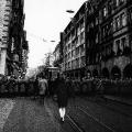 …Straßenbahn blockieren. Allerdings ohne Erfolg: Die Menschen drängen über die Seitenstraßen in Richtung Bahnhofsvorplatz.