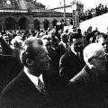 """Willy Brandt und Willi Stoph bahnen sich ihren Weg zwischen zahlreichen Reportern zum Hotel """"Erfurter Hof"""". Sie sind auf dem Weg zu den ersten deutsch-deutschen Verhandlungen"""