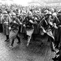 """Vor dem Beginn der Verhandlungen hört die deutsche Delegation den Ruf """"Willy ans Fenster"""". Nach längerem Überlegen..."""