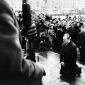 Eine Geste der Versöhnung: Willy Brandt kniet an der Gedenkstätte des Warschauer Ghettoaufstands nieder.
