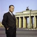 Der charismatische Bürgermeister und seine Stadt, Willy Brandt vor dem Brandenburger Tor 1958.