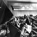 """Juso-Kongress während der 1970er Jahre: Der Slogan """"Ausbildung statt Ausbeutung"""" greift das Zitat """"Wissen ist Macht"""" verändert auf."""