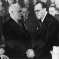 … hier besiegeln Otto Grotewohl und Wilhelm Pieck die Vereinigung von Ost-SPD und KPD zur SED. Der symbolische Handschlag wird, ungeachtet seiner Entstehungsbedingungen, zum viel zitierten Sinnbild der SED als…<br> Bildrechte: AdsD