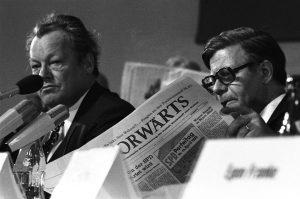 """Helmut Schmidt und Willy Brandt lesen den """"Vorwärts"""" (SPD-Parteitag 1973 in Hannover). Bildrechte: Josef H. Darchinger/AdsD"""